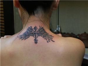 十字架翅膀纹身图案