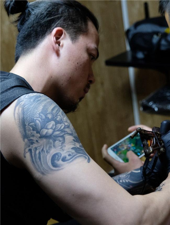 纹身工作场景